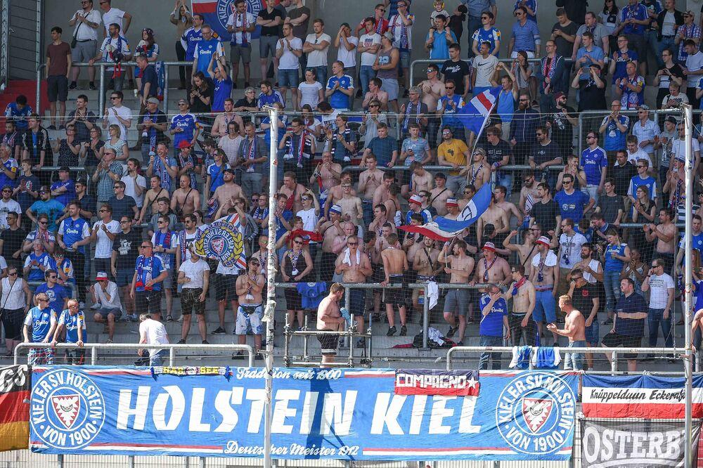 Fans von Holstein Kiel DFB Pokal Bayern München